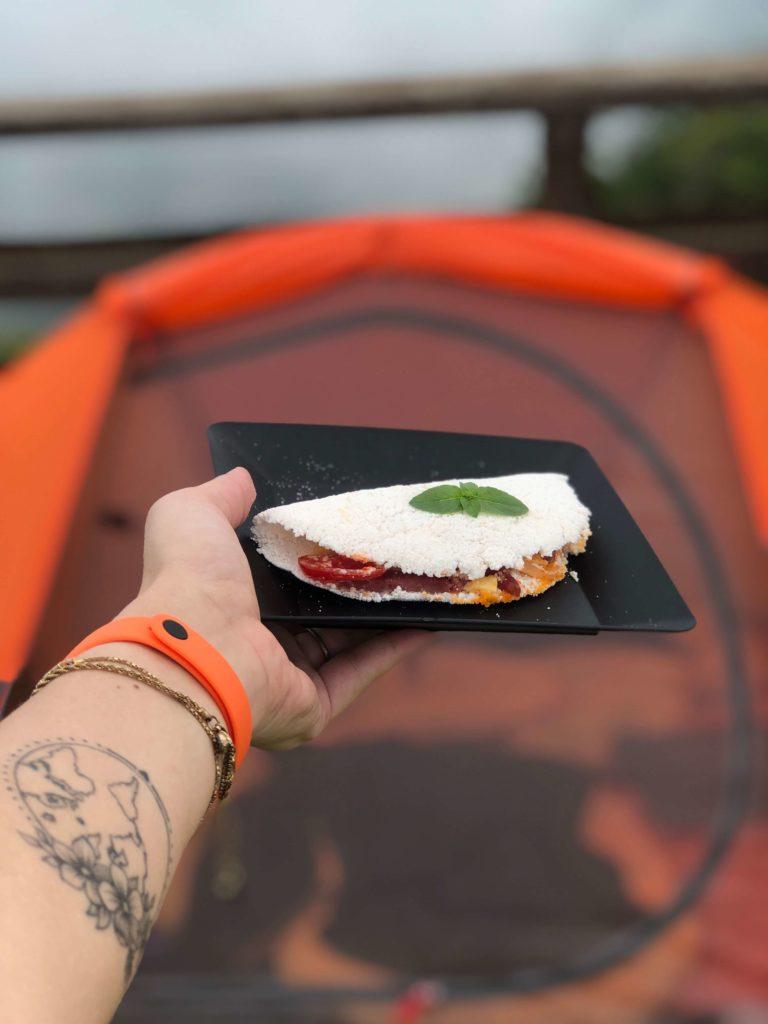 Receita de Acampamento: Tapioca de salame, queijo e tomate cereja