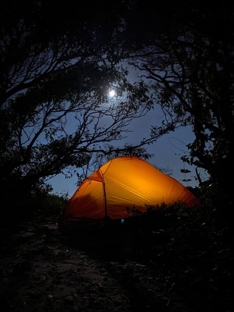 Acampamento Selvagem na Praia dos Ilhéus deserta em Governador Celso Ramos, Santa Catarina